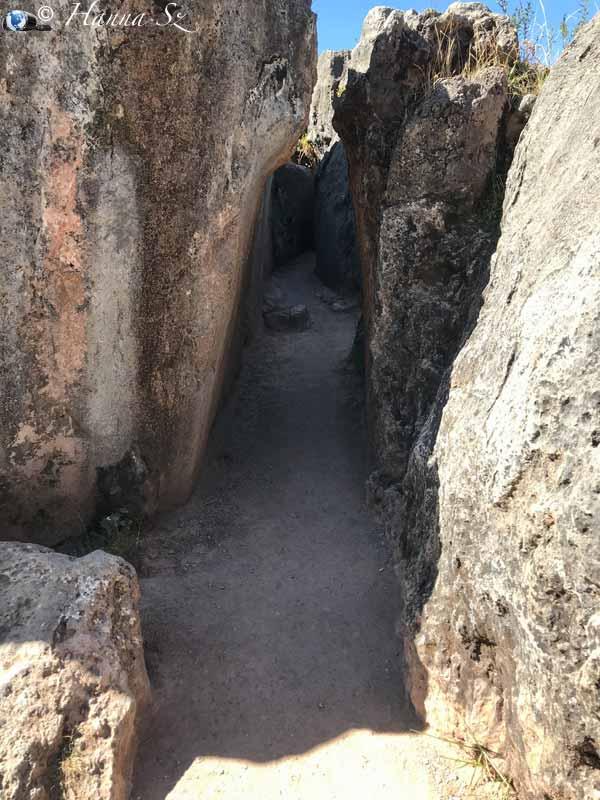 Qenqo - Sentiero tra le rocce